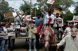 VIDEO: महंगे पेट्रोल और डीजल के खिलाफ यूथ कांग्रेस का अनूठा प्रदर्शन