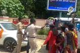 चरणामृत मामला: कांग्रेस महिला मोर्चा ने सांसद निशिकांत दुबे को दिखाया काला झंडा
