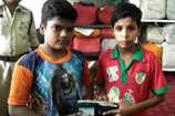 VIDEO: बच्चों की ईमानदारी, पुलिस को सौंपा दस हजार रुपयों से भरा पर्स