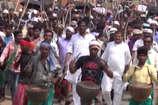 VIDEO: सुगा बथान डैम के निर्माण का विरोध, पारंपरिक हथियारों के साथ आदिवासियों ने निकाला जुलूस