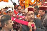VIDEO: भगवान की पालकी को कंधा देकर सीएम जयराम ठाकुर ने की मेले की शुरुआत