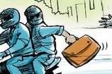 VIDEO: दिनदहाड़े लुटेरों ने करीब 3 लाख रुपयों पर किया हाथ साफ