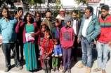 VIDEO: हत्यारे की गिरफ्तारी की मांग लेकर DM से मिलने पहुंचा पीड़ित परिवार