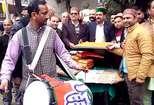 कांग्रेस की जीत पर देहरा में कार्यकर्ताओं ने लड्डू बांटकर मनाया जश्न