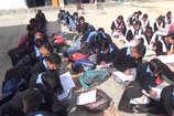 VIDEO: चंबा के कई सरकारी स्कूलों में स्टूडेंट खुले आसमान के नीचे बैठ ले रहे शिक्षा