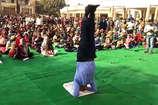 अलीगढ़: शीर्षासन से सीनियर IAS ने किया भीड़ को नियंत्रित, खूब मिली वाहवाही