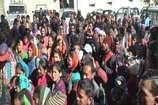 VIDEO: बुनियादी मांगों को लेकर ग्रामीणों ने किया डीएम कार्यालय के समक्ष प्रदर्शन