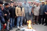 VIDEO: पुलवामा आतंकी हमला: कुल्लू में गुस्साए लोगों ने 'इमरान खान' को मारे जूते-चप्पल