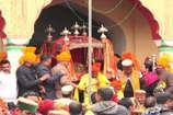VIDEO: बहाल हुई पुरानी प्रथा, अब कुली नहीं देवलु उठा रहे राज माधव राय की पालकी