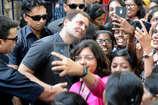 VIDEO: लड़की ने कहा Sir, मुस्कुराकर बोले राहुल गांधी- प्लीज कॉल मी राहुल!