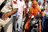 VIDEO: भाजपा प्रत्याशी बाबा बालकनाथ ने बिना हेलमेट बाइक चलाकर मतदाताओं को रिझाया