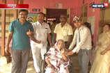 VIDEO: ऐसे व्हीलचेयर में मतदान करने पहुंची 87 साल की बुजुर्ग महिला