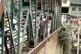 आस्था के नाम पर जान से खिलवाड़... अलकनंदा के पुल के बाहर से ले गए देवी का निशान