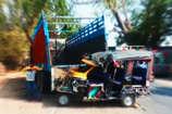 सड़क पर खड़ा दुर्घटनाग्रस्त ट्रक बना एक और हादसे की वजह