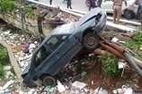 पुलिस ने जान जोखिम में डालकर कार में फंसे मां-बेटे को बचाया