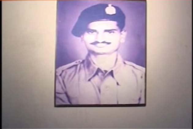 1965 की पाकिस्तान के साथ लड़ाई में उनकी तैनाती खेमकरण सेक्टर में थी। चौकी पर पाकिस्तान के हमले में वहां तैनात सारे सैनिक शहीद हो गए।