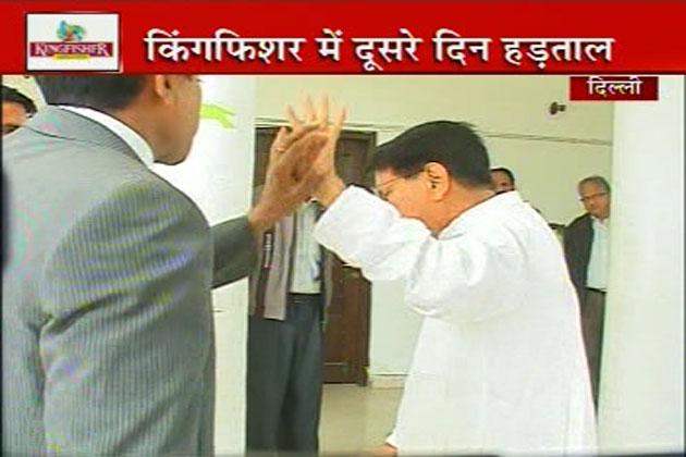 आईबीएन संवाददाता ने अजीत सिंह से सवाल किया कि यात्रियों को तुरंत फायदा देने के लिए मंत्रालय की ओर से कोई कदम उठाया जाएगा?