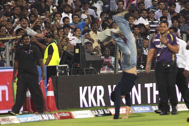 आईपीएल के पांचवें संस्करण के तहत मंगलवार को सुब्रत रॉय सहारा स्टेडियम में खेले गए पहले क्वालीफायर मुकाबले में कोलकाता नाइटराइडर्स टीम ने दिल्ली डेयरडेविल्स को 18 रन से हरा दिया। जीत की इस खुशी को शाहरुख ने स्टेडियम में कुछ इस तरह सेलीब्रेट किया (फोटो एपी)