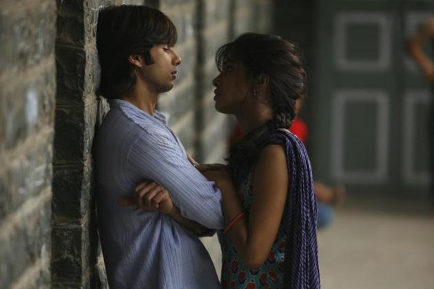 शाहिद और प्रियंका एक ही बिल्डिंग में रहते हैं। दोनों बिल्डिंग कम्पाउंड और पार्टियों में भी साथ-साथ देखे जाते हैं।