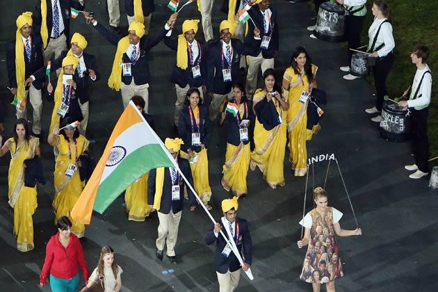 इस दौरान भारतीय दल में पुरुष एथलीटों ने पीले साफे, नीले रंग की कोट, क्रीम रंग की ट्राउजर्स और ऑफ व्हाइट शर्ट के साथ टाई पहना हुआ था।