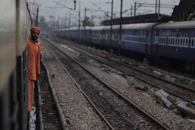 उत्तर प्रदेश की राजधानी लखनऊ में भी कई जगहों पर बिजली की एका एक कटौती हो गई है।