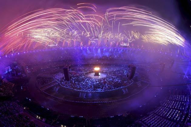 ब्रिटेन की महारानी एलिजाबेथ द्वितीय ने शनिवार तड़के एक रंगारंग कार्यक्रम के साथ लंदन ओलम्पिक की औपचारिक शुरुआत की।