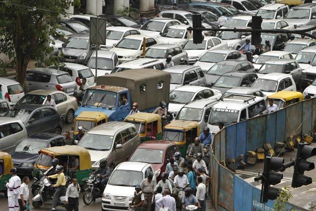 राजधानी दिल्ली की बात करें तो यहां भी कई इलाकों में बिजली गुल हो गई है। मेट्रो पूरी तरह बंद हो चुकी है।