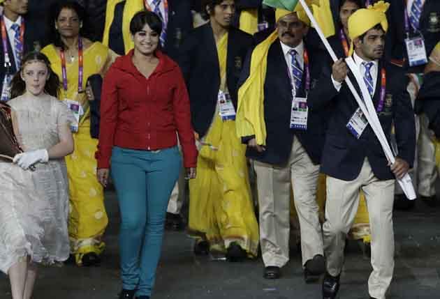 ये लड़की लाल टी शर्ट और नीले ट्राउजर में भारतीय दल के ध्वजवाहक सुशील कुमार के साथ-साथ सबसे आगे चल रही थी।