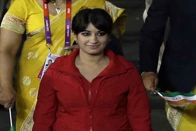 लंदन ओलंपिक की ओपनिंग सेरेमनी में भारतीय एथलीटों के दल के साथ एक अनजान लड़की के दिखने से विवाद खड़ा हो गया है।