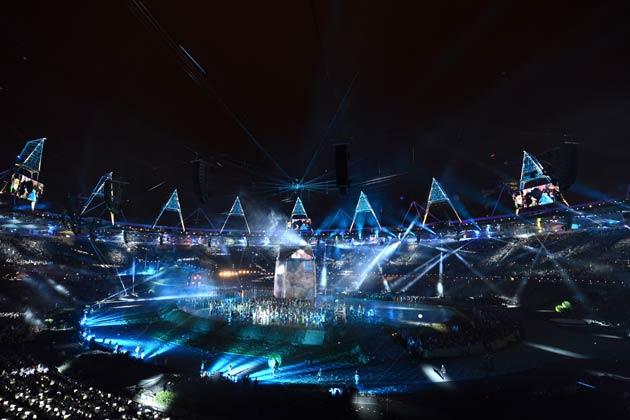 पिघलती धातु से अलग-अलग छल्ले बने, जो बाद में जुड़कर ओलम्पिक रिंग बने।