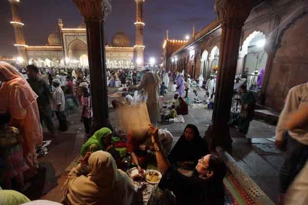पाक महीने रमजान के अंतिम जुमे यानि अलविदा जुमे पर देश के लाखों लोगों ने मस्जिदों में जाकर नमाज अदा की। इस दौरान राजधानी दिल्ली की ऐतिहासिक जामा मस्जिद में नजारे देखने लायक थे। यहां मुस्लिम समुदाय के लोगों ने हजारों की संख्या में पहुंचकर नमाज अदा की और रोजा खोला।