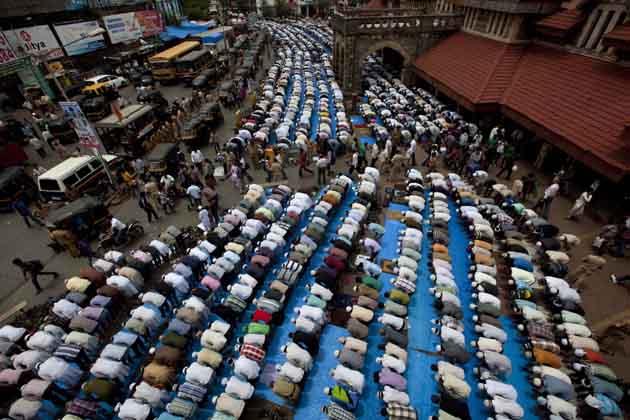 मुंबई के बांद्रा रेलवे स्टेशन के बाहर का दृश्य