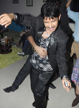 कमाल खान ने पार्टी में डांस भी किया।