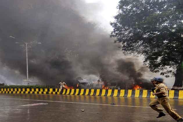 मुंबई पुलिस ने एक घंटे के भीतर ही हालात पर काबू कर लिया, लेकिन पूरे शहर को हाई अलर्ट पर रखा गया है और संवेदनशील जगहों की सुरक्षा बढ़ा दी गई है। <br />