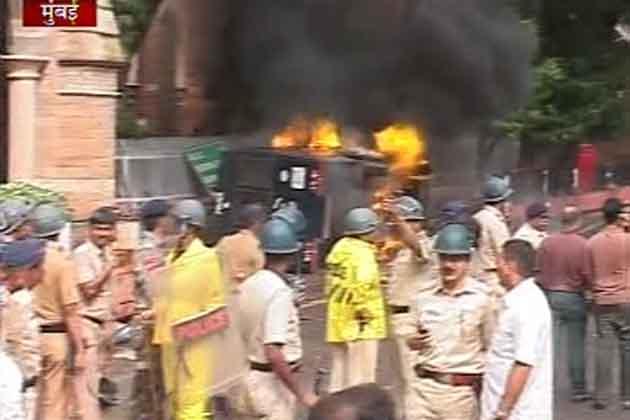 <br />पुलिस वालों की तमाम छुट्टियां रद्द कर दी गईं हैं। शहर के तमाम संवेदनशील स्थानों पर चौकसी बढ़ा दी गई है। पुलिस पूरे शहर में लगातार गश्त कर रही है।