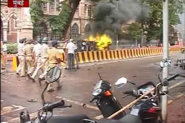 मुंबई हिंसा में 2 लोगों की मौत हो गई, जबकि 20 लोग मुंबई के अलग-अलग अस्पतालों में भर्ती हैं।