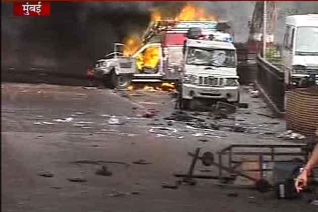 मुंबई के आजाद मैदान में असम हिंसा के विरोध में प्रदर्शन कर रहे लोग अचानक उग्र हो गए। पुलिस की भी कई गाड़ियों को आग के हवाले कर दिया गया। इस घटना में दो लोगों की मौत हो गई और लगभग 50 लोग जख्मी हैं।