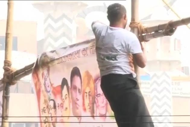 आईबीएन7 पर जैसे ही यह खबर दिखाई गई, मंच के दोनों ओर लगे पोस्टरों को हटा लिया गया।