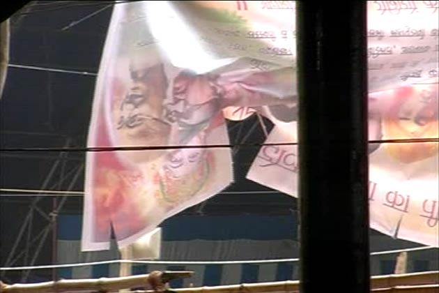 रामलीला मैदान में रामदेव के मंच पर देश के अमर शहीदों के साथ रामदेव के सहयोगी बालकृष्ण की तस्वीर नजर आई।