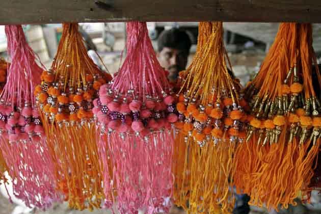 राखियों के गुच्छों से सजी-धजी दुकान। (तस्वीर: एपी)