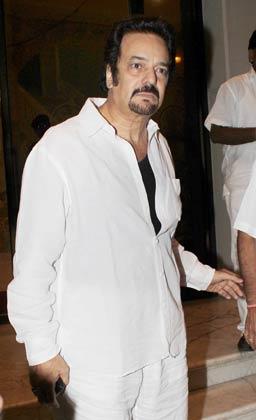 निर्देशक अकबर खान भी पहुंचे।