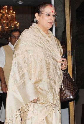शत्रुघन सिन्हा की पत्नी और सोनाक्षी की मां भी श्रद्धांजलि सभा में पहुंचीं।