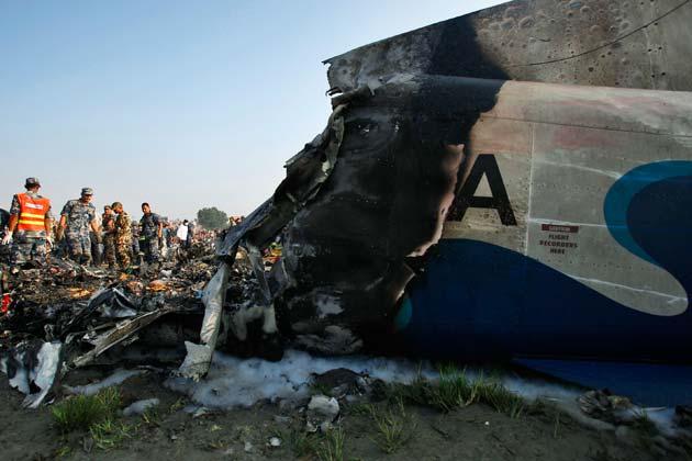 तुलसा ने बताया कि उन्होंने काले धुएं से घिरे विमान को मनोहर नदी के नजदीक एक खुली जगह पर उतरते देखा। उन्होंने कहा कि तब मैंने सुना कि विमान के अंदर मौजूद लोग रो और चीख रहे थे।