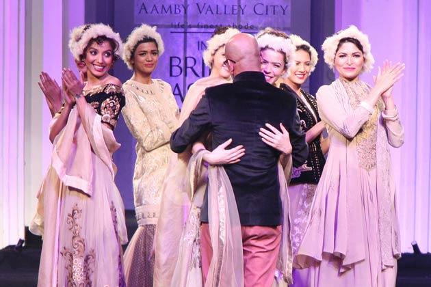 ब्राइडल फैशन वीक के दूसरे दिन सोनाक्षी सिन्हा और सैफ अली खान रैंप पर चले। <br /><br />