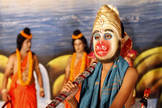 नवरात्र प्रारंभ होते ही जगह-जगह रामलीला का मंचन शुरू हो जाता है। इलाहाबाद की रामलीला अपने आप में खास होती है। देखिए रामलीला के पर्दे के पीछे कैसे तैयारी करते हैं कलाकार। (एपी)