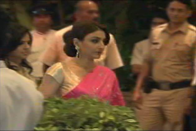 मुंबई के ताज कोलाबा होटल में करीना की शादी से पहले होने वाले मेहंदी की सेरेमनी सुबह साढ़े चार बजे तक चली। जिसमे दोनों परिवार के बेहद करीबी लोग ही शामिल हुए। यह सेरेमनी सैफ करीना के घर से दूर ताज कोलाबा होटल में हुई। जिसमे सैफ की तरफ से सैफ की बहन सोहा उनकी बेटी सारा भी शामिल हुईं। दूसरी तरफ करीना की बहन करिश्मा इस सेरेमनी में शामिल हुई<br />