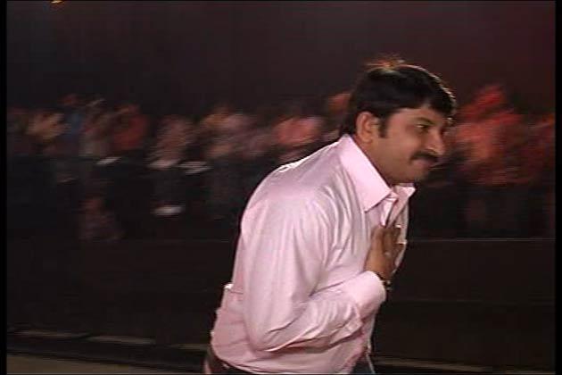 आज सदी के महानायक अमिताभ बच्चन सत्तर साल के हो गए हैं। बिग बी के जन्मदिन के मौके पर देर रात मुंबई के रिलायंस मीडियावर्क्स स्टूडियो में एक शानदार पार्टी का आयोजन किया गया, जिसमें फिल्म जगत ही नहीं देश की तमाम नामी-गिरामी हस्तियां मौजूद थीं।