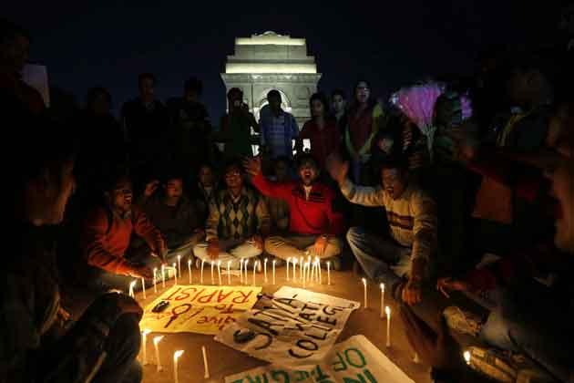 पीड़ित लड़की के समर्थन में दिल्ली के इंडिया गेट में कैडिल मार्च निकाला गया।