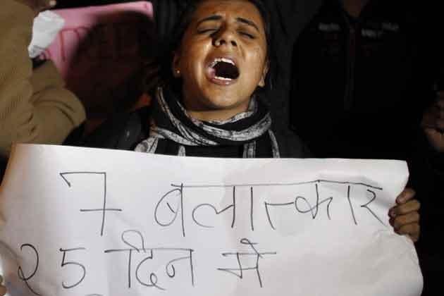 दिल्ली में रेप की शिकार हुई लड़की के लिए देश के कोने-कोने में इंसाफ की मांग उठाई जा रही है। दिल्ली, जम्मू, भोपाल, मुंबई हर कहीं प्रदर्शन हो रहे हैं। लोग दोषियों की कड़ी सजा देने की मांग करने के साथ ही सरकार से भी सवाल पूछ रहे हैं। तस्वीरों में देखिए विरोध-प्रदर्शन का दौर।