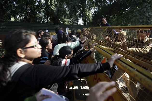 छात्रों ने दिल्ली की सीएम शीला दीक्षित के घर के बाहर भी प्रदर्शन किया।